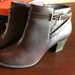 Vionic Upright Upton boots in Java